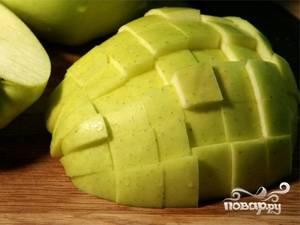 Моем и режем кубиками яблоко. Лучше использовать зеленые кисло - сладкие яблоки.