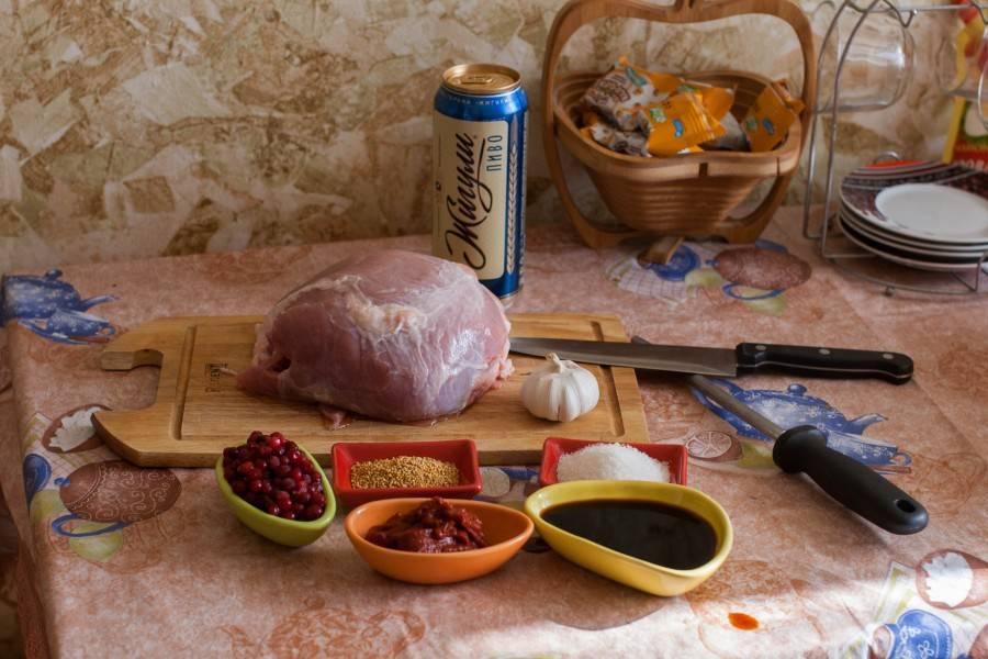 Подготовьте ингредиенты. Мясо промойте и обсушите, ягоды тоже промойте (можете их сахаром посыпать предварительно).