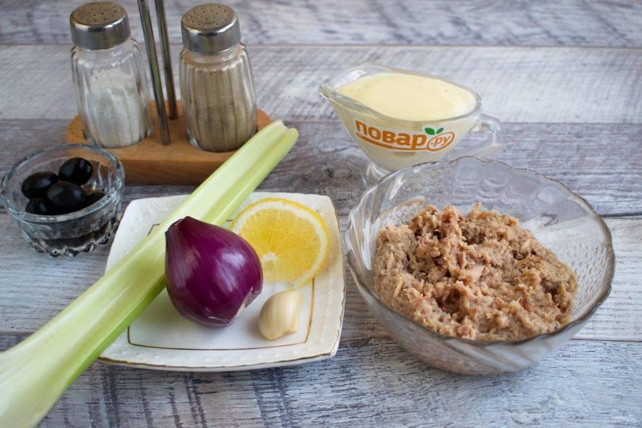 Подготовьте ингредиенты. Консервированный тунец откиньте на сито, чтобы избавиться от жидкости. Лук и чеснок очистите. У сельдерея удалите жесткие части.