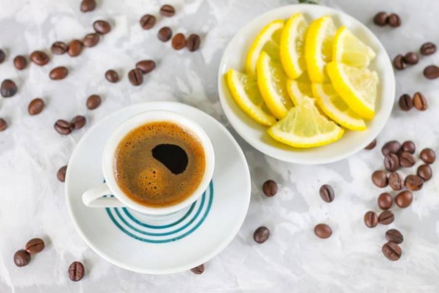 Нарежьте лимон дольками, выложите его на блюдце. Выжмите сок из двух долек лимона в каждую чашку с кофе, добавьте сахарный песок по вкусу. По желанию сахар можно заменить цветочным медом, если остудить напиток до 35 градусов, чтобы полезные свойства меда не пропали.