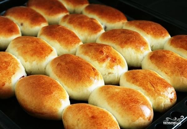 Даем пирожкам постоять минут 10-15, после чего ставим их в духовку и выпекаем 15 минут при 180 градусах.