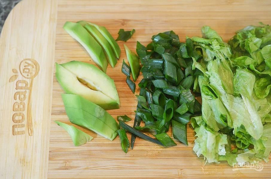 4. Авокадо, лук и салат нарежьте.