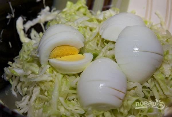 4. Яйца очистите и нарежьте тонкими ломтиками.