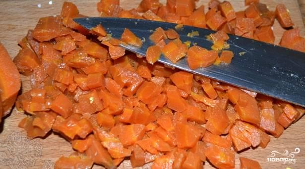 Яйца варим вкрутую, чистим. Креветки отвариваем, очищаем от панциря. Морковь варим и нарезаем небольшими кубиками.