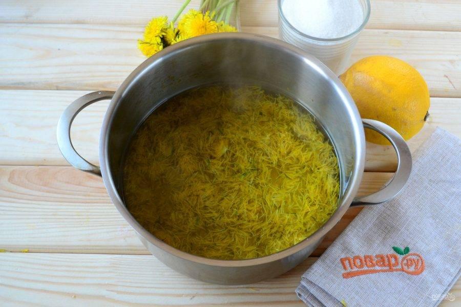 Вскипятите воду, отправьте в нее одуванчики и цедру половины лимона, проварите 5-7 минут на медленном огне. Затем снимите кастрюлю с огня и оставьте минимум на 12 часов.