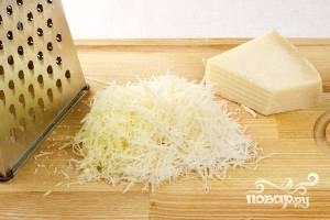 Любой , имеющийся у вас твердый сыр натираем на терке