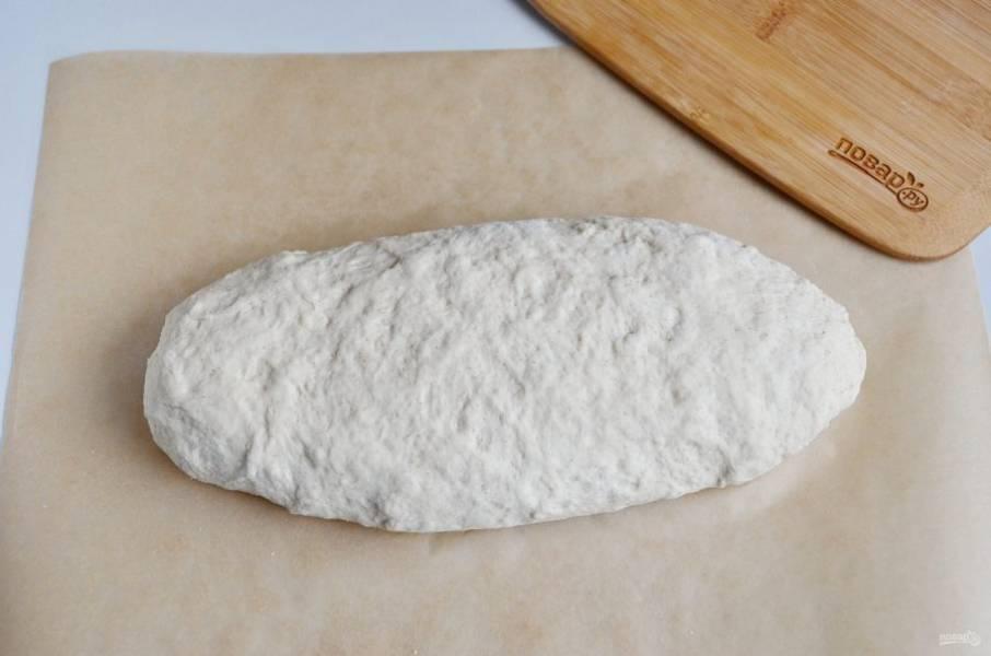 Сформируйте батон уже на пергаменте или в форме для выпекания. Накройте сухим полотенцем и оставьте еще на час.