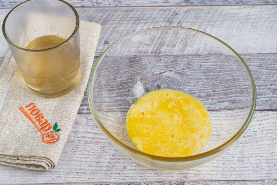Из воды и сахара сварите сироп: соедините сахар и воду в кастрюльке, варите до полного растворения сахара и прозрачности сиропа. Остудите. Желтки слега взбейте.