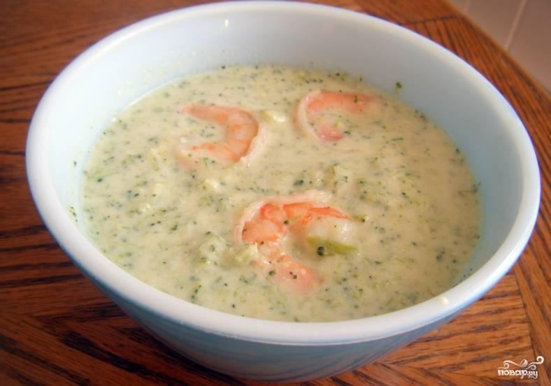 Посолите суп по вкусу, в конце влейте молоко. Доведите суп до готовности на минимальном огне. Чтобы превратить суп в пюре, воспользуйтесь специальным погружным блендером. Готовый суп украсьте свежим луком и сваренными креветками. Приятного аппетита!