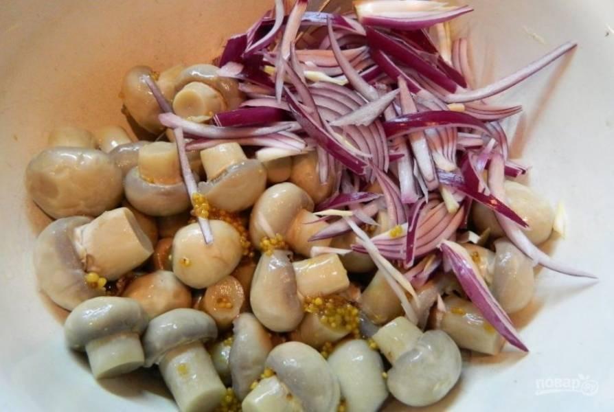 В глубокой миске смешайте грибы, заправку и лук.