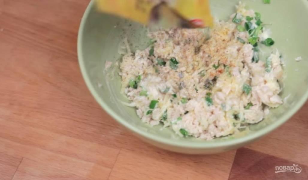 3. Для второй начинки отваренную куриную грудку нарежьте на маленькие кусочки, смешайте ее с тертым сыром, мелко нарезанным зеленым луком и майонезом. Хорошо перемешайте, добавьте специи по вкусу.