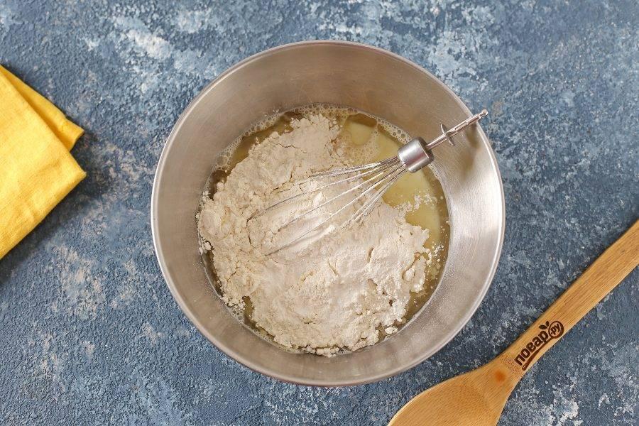 Всыпьте муку, разрыхлитель и соль по вкусу.