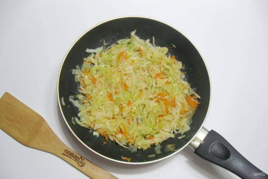 Налейте подсолнечное масло и 50-60 мл. воды. Посолите по вкусу, накройте сковороду крышкой и тушите капусту, периодически перемешивая, до готовности. После охладите.