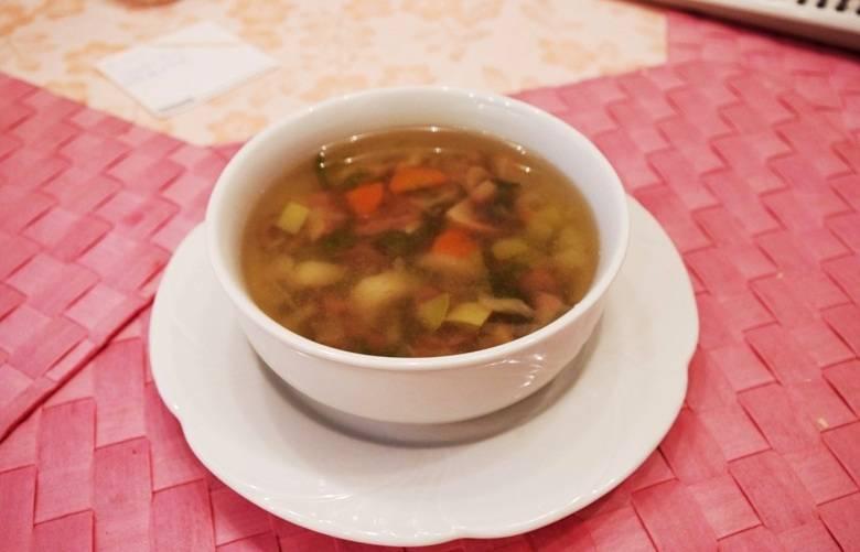 """Когда режим закончится, мы открываем мультиварку, солим и перчим суп, добавляем измельченную зелень. Варим минестроне еще 5 минут на режиме """"Готовка на пару"""". Готовый суп раскладываем по тарелочкам и подаем к столу. Приятного аппетита!"""