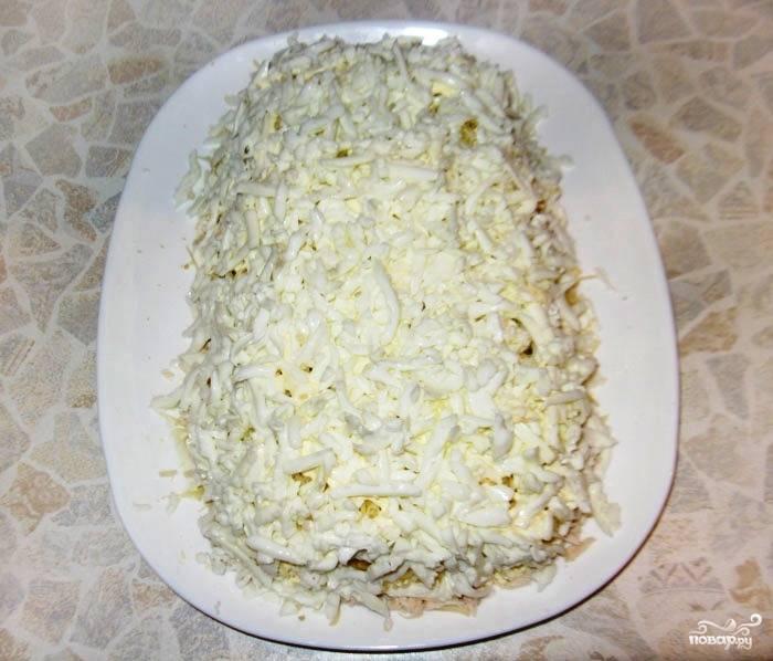 Наконец, завершаем салат слоем измельченного яичного белка.