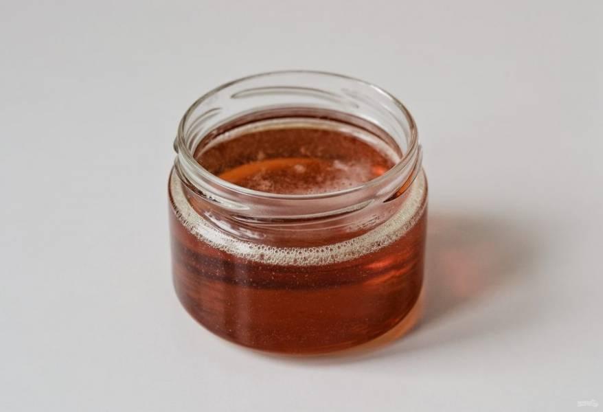 Когда масса немного загустеет и приобретёт карамельный цвет, перелейте в баночку. После остывания мед станет ещё гуще.