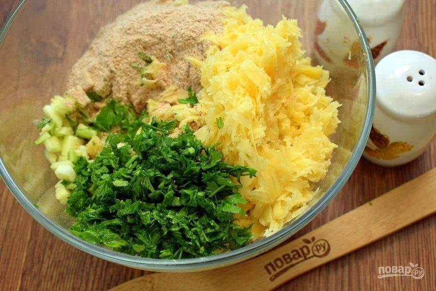Добавьте к овощам отрубную муку, панировочные сухари, чесночный порошок, измельченную зелень и сыр, натертый на мелкой терке. Перемешайте тщательно с помощью деревянной ложки.