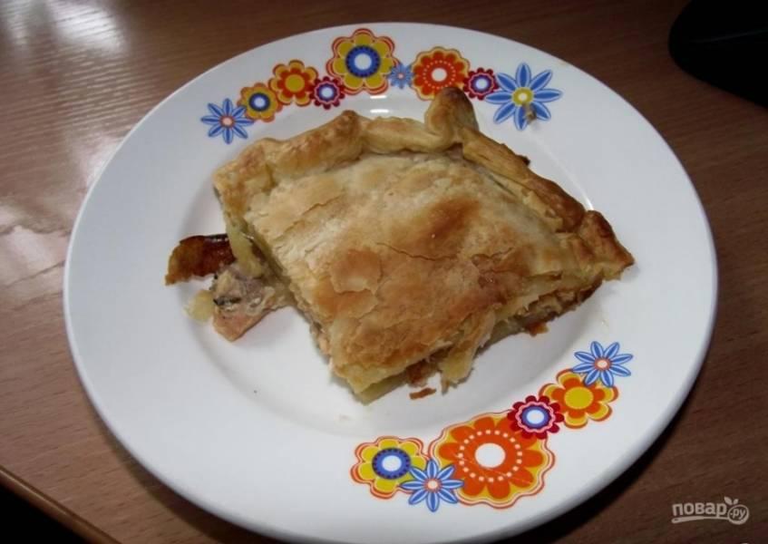 Поставьте пирог в духовку на 7 минут при 220 градусах, затем температуру снизьте до 160 градусов и запекайте ещё 15 минут. Приятного аппетита!