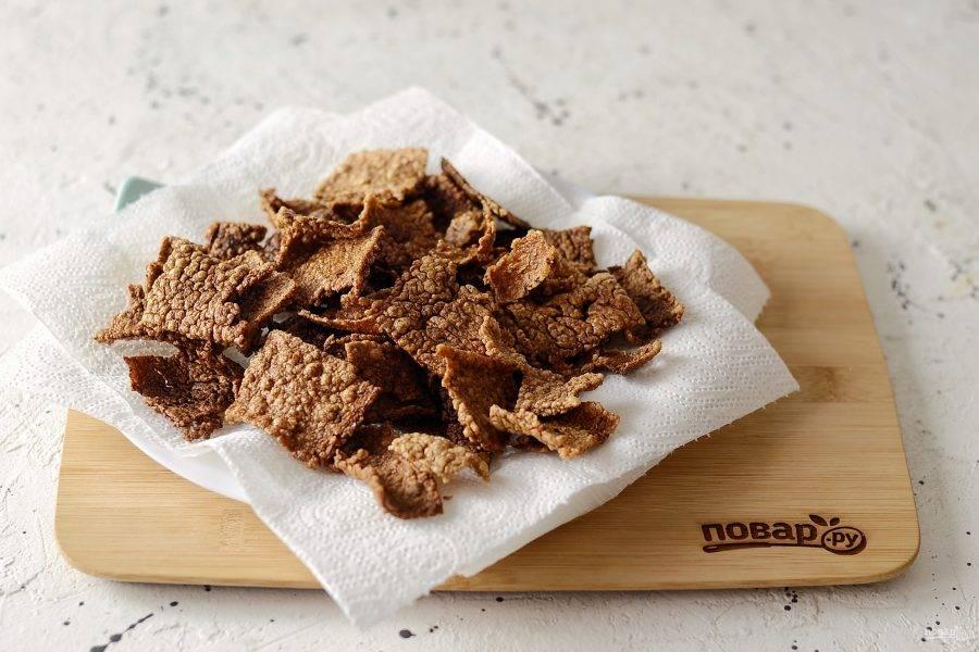 Выложите чипсы на бумажные полотенца, чтобы впиталось лишнее масло.