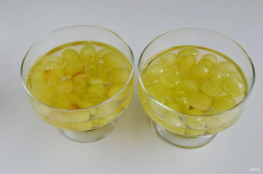 Залейте виноградным соком ягоды, отправьте креманки в холодильник на 1 час для застывания десерта.