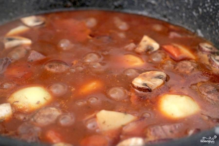 Затем снимаем крышку и увариваем до нужной густоты соуса (еще около 15-20 минут).