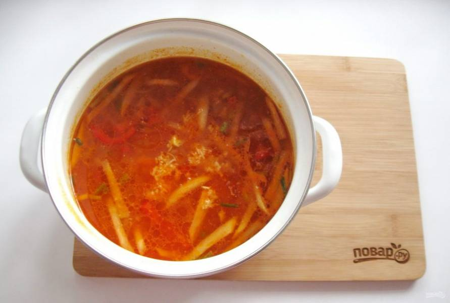 Варите суп до готовности овощей. После добавьте измельченный чеснок.