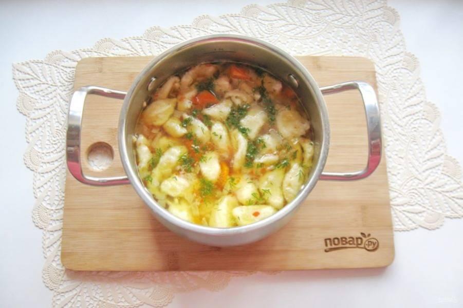 Мелко нарежьте укроп или петрушку и добавьте в готовый суп.