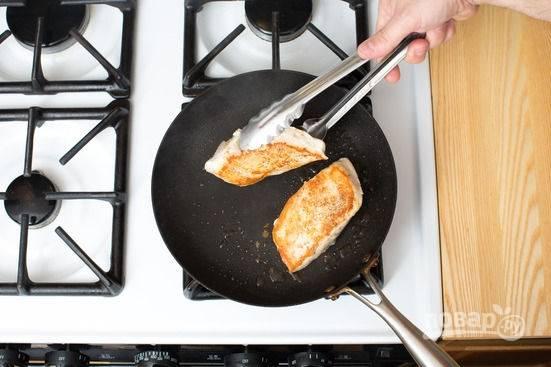 3.Сковороду разогреваю с оливковым маслом, обжариваю грудки, предварительно натираю их солью и перцем. Обжариваю с двух сторон по 2-3 минуты.