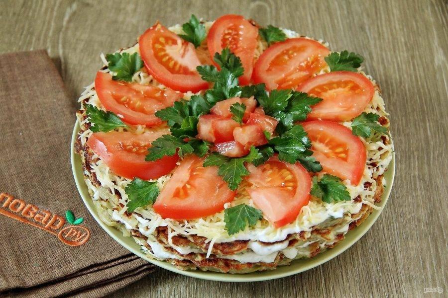 Овощной торт готов. Украсить его можно по вкусу, у меня сверху тертый сыр, помидорки и зелень.