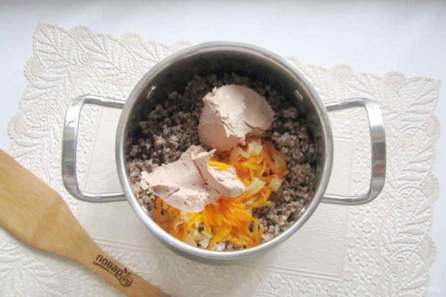 Добавьте печеночный паштет в кашу с овощами.
