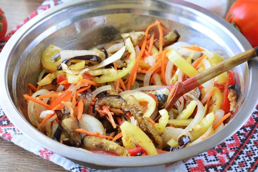 Перемешайте все овощи и оставьте мариноваться на 30-40 минут. Овощи пустят сок.