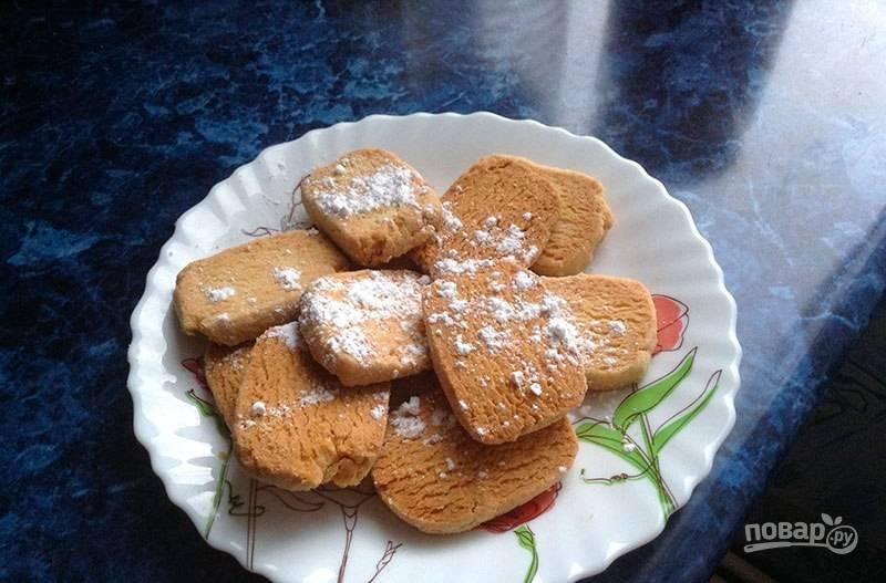 Выпекайте печенье при 200 градусах в духовке в течение 10 минут. Остудите выпечку и подавайте её с сахарной пудрой. Приятного чаепития!