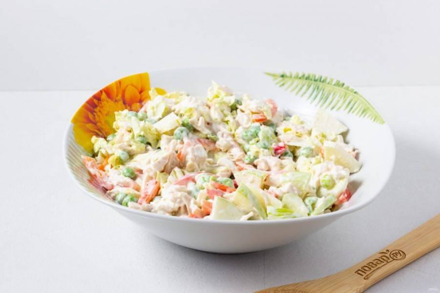 Заправьте салат сметаной, перемешайте и посолите по вкусу. При желании можете поперчить. Дайте салату настояться 7-10 минут и подавайте к столу.