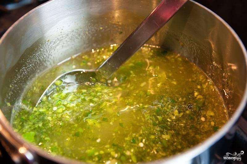 4. В кастрюлю выложите измельченные перцы. Добавьте уксус и сахар и перемешайте. Поставьте на плиту.