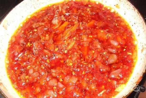 Потом добавьте приправы, соус и перец. Перемешайте, тушите до мягкости.
