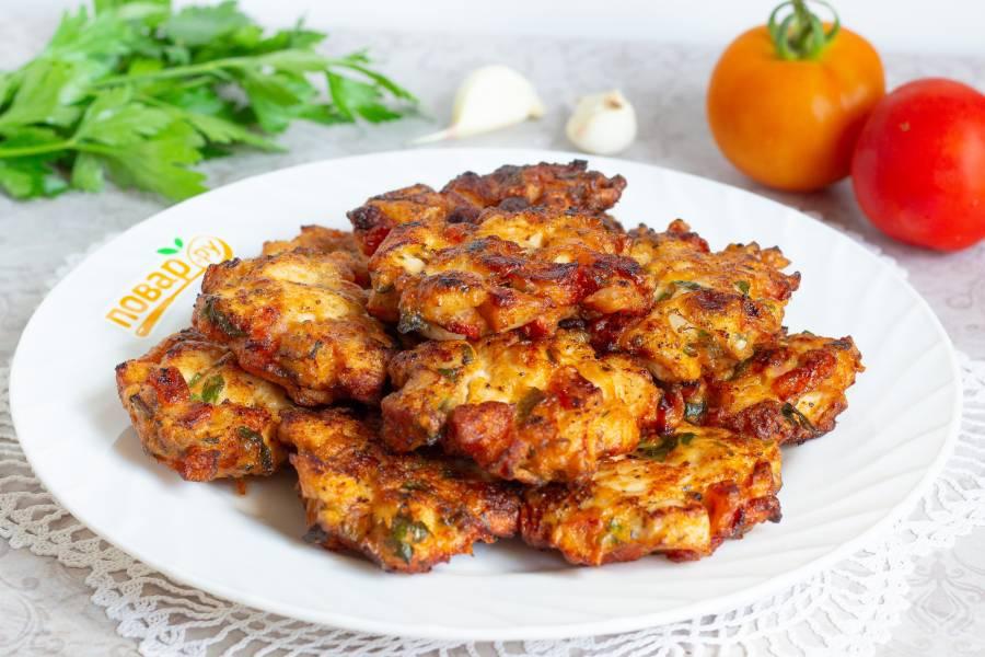 Куриные оладьи с помидорами и базиликом