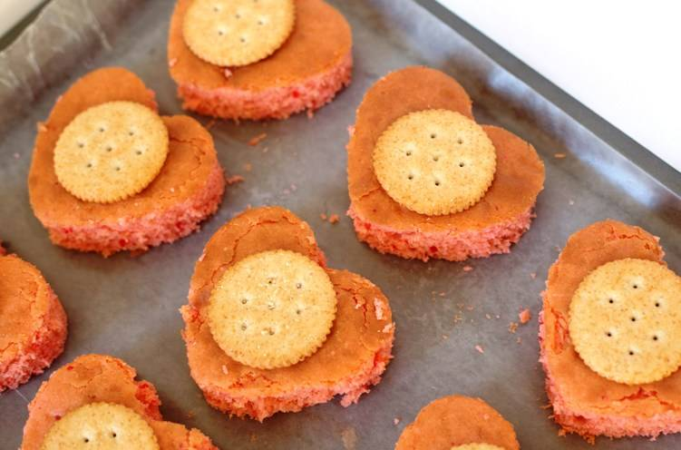 На каждое печенье положите по крекеру.
