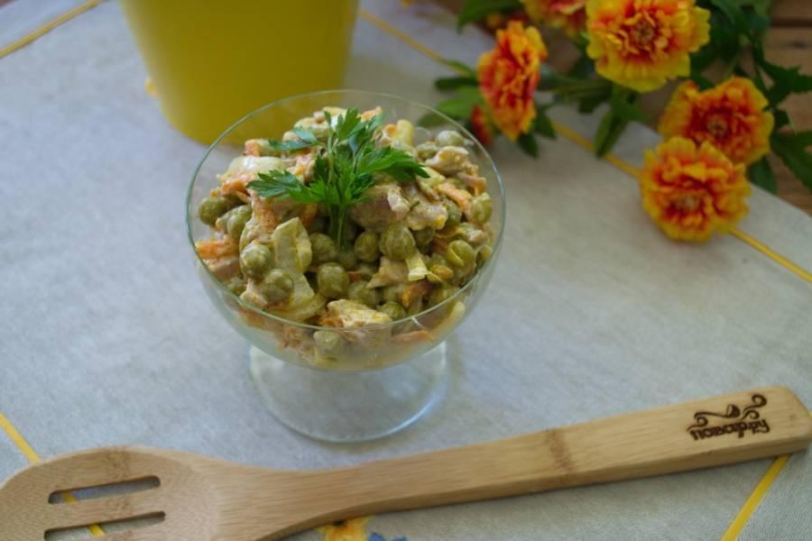 Заправьте салат майонезом. Добавьте соль и специи по вкусу. Перемешайте. Уложите в салатники и охладите.