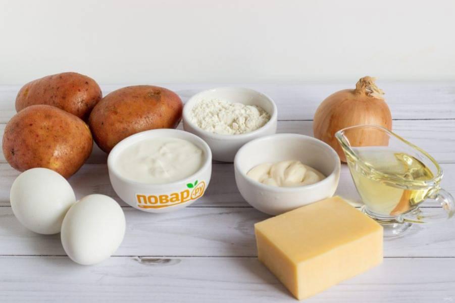 Подготовьте основные ингредиенты. Для начинки заранее отварите 2 яйца.