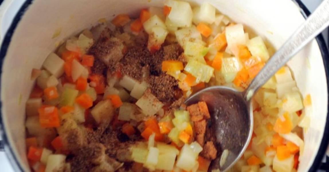 В кастрюлю налейте растительное масло (3 ст.л.), поставьте на огонь. Выложите в кастрюлю лук, фенхель, пастернак, морковку, картошку, имбирь и чеснок. Влейте 0,5 стакана воды. Потушите овощи минут 10. Затем посолите и поперчите, добавьте остальные специи по вкусу, продолжайте тушить еще минут 10.