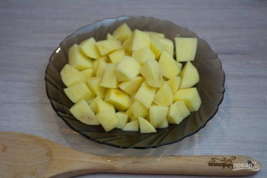 Очистите и нарежьте картофель на кубики. Спустя 40-50 минут кипения мяса добавьте в бульон картофель.