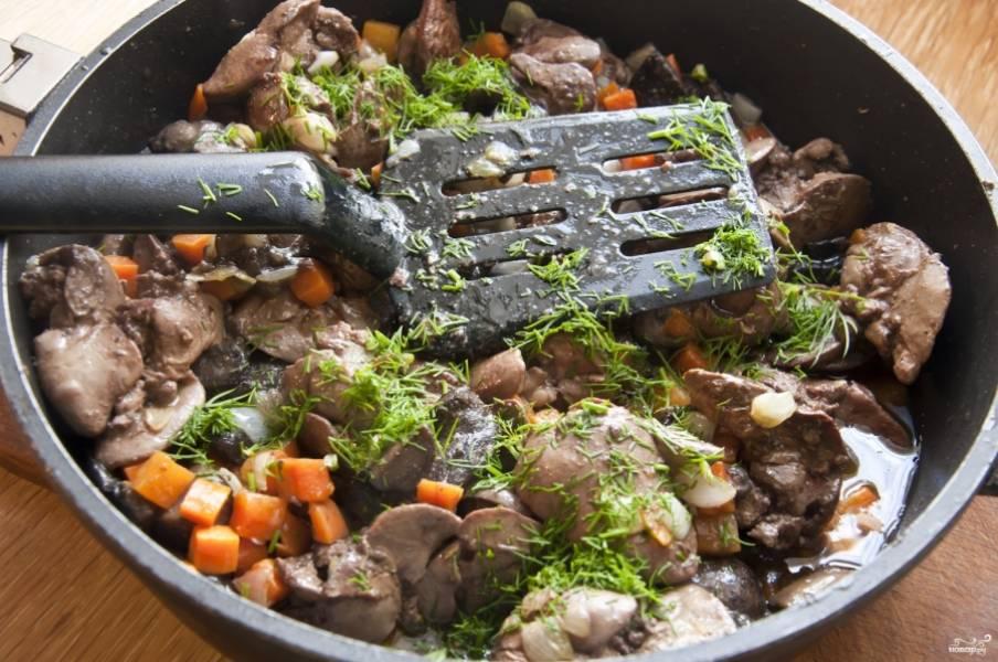 2. Дальше обжарим на растительном масле сначала грибы (должна выделиться и затем испариться жидкость), затем добавим печень и измельченные лук с морковкой. Сюда же - лавровый лист, кориандр, фенхель и соль. Обжарим до готовности. Зелень добавим по вкусу и в самом конце.