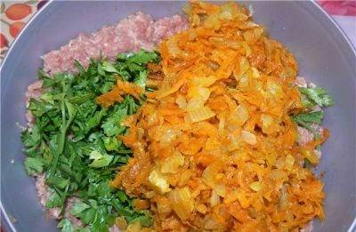 3. Теперь к фаршу добавим зажарку со сковороды и измельченную зелень. Перемешаем.