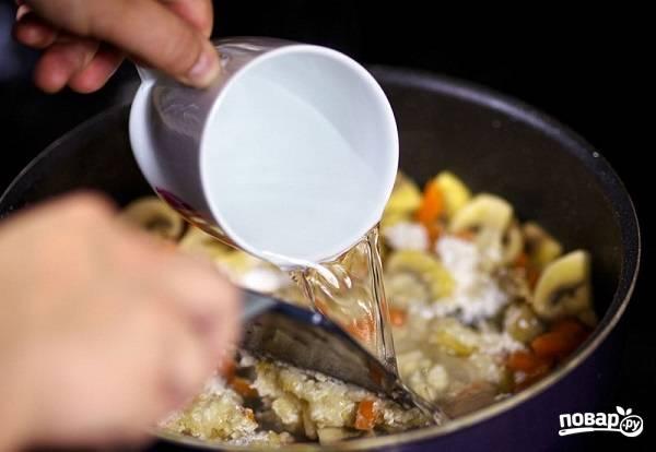 4. Перемешайте все аккуратно и влейте горячую воду.