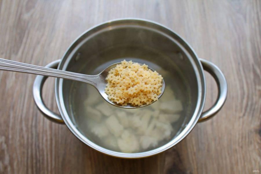 После того как филе сварилось, добавьте макаронные изделия и доведите до кипения.