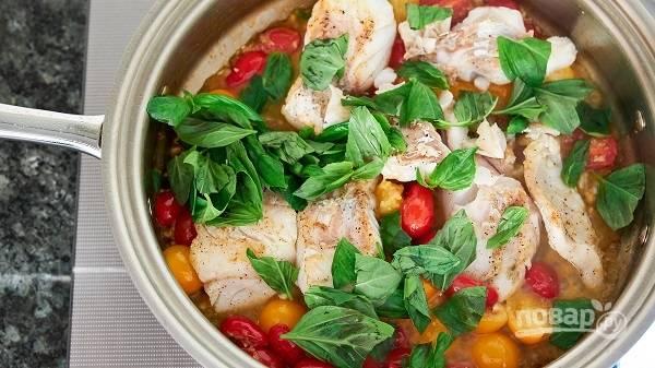 5. Через пару минут верните на сковороду рыбку. Еще через 1-2 минутки добавьте зелень.