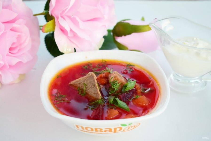 6. Подавайте с кусочками мяса, свежей зеленью и сметаной. Приятного аппетита!