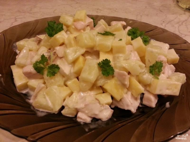 """5. Подаем салат в холодном виде, украсив зеленью петрушки или на листьях салата. По вкусу он получается очень нежным, а сочетание ингредиентов просто потрясающее. Салат можно приготовить и слоями, тогда не забудьте сделать """"шапочку"""" из сыра (предпочтительно твердые, соленые сорта)."""