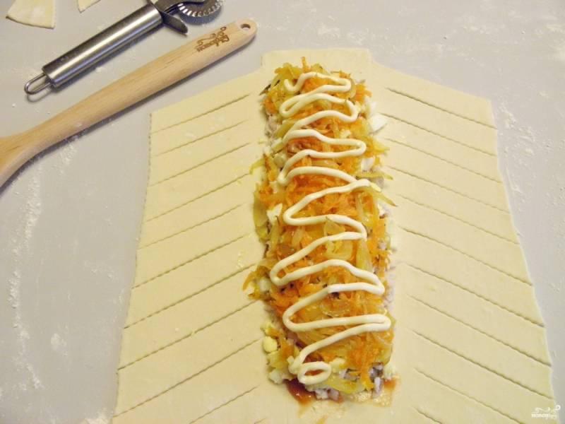 Сверху разложите лук и морковь жареные. Смажьте майонезом.