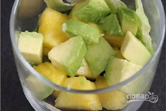 Затем выкладываем кусочки ананаса и авокадо.